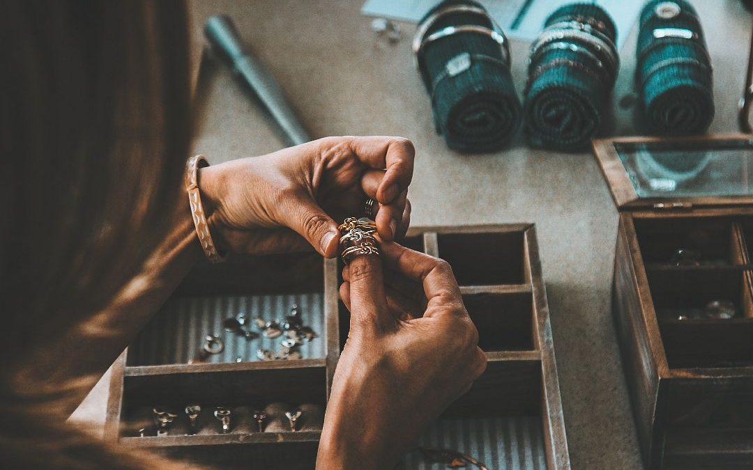 Bijoux faits à la main  et leurs caractéristiques
